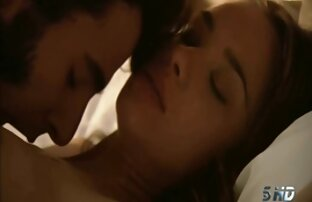 Superbe brune baiseuse de seins reçoit une film porno francais video grosse charge sur son visage après une belle baise hard