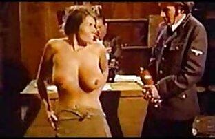 Jeune fille potelée se masturbe sur le lit streaming porno en francais devant la caméra
